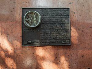 Placa conmemorativa del Baile de los 41 puesta por Carlos Monsivais