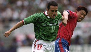 Cuauhtémoc Blanco con uniforme del calendario Azteca, mundial fútbol Francia 1998